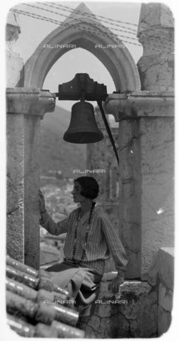 CAD-S-420005-0017 - Ritratto femminile sotto un arco con campanella, Palermo - Data dello scatto: 15/04/1928 - Raccolte Museali Fratelli Alinari (RMFA)-donazione Cammarata, Firenze