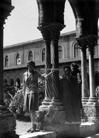 CAD-S-420005-0018 - Gruppo nel chiostro della cattedrale di Monreale, Palermo - Data dello scatto: 15/04/1928 - Raccolte Museali Fratelli Alinari (RMFA)-donazione Cammarata, Firenze