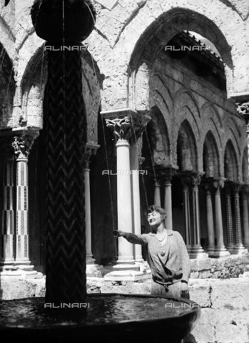 CAD-S-420005-0019 - Ritratto femminile nel chiostro della cattedrale di Monreale, Palermo - Data dello scatto: 15/04/1928 - Raccolte Museali Fratelli Alinari (RMFA)-donazione Cammarata, Firenze