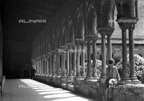 CAD-S-420005-0020 - Ritratto femminile nel chiostro della cattedrale di Monreale, Palermo - Data dello scatto: 15/04/1928 - Raccolte Museali Fratelli Alinari (RMFA)-donazione Cammarata, Firenze
