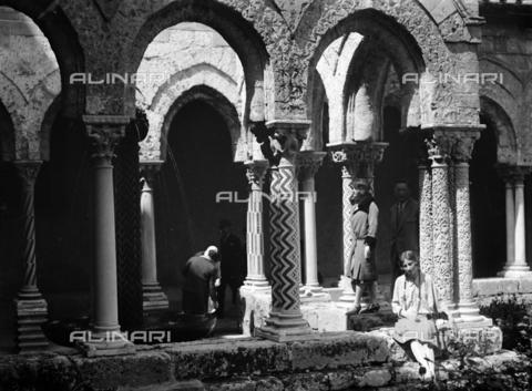 CAD-S-420005-0021 - Ritratto femminile nel chiostro della cattedrale di Monreale, Palermo - Data dello scatto: 15/04/1928 - Raccolte Museali Fratelli Alinari (RMFA)-donazione Cammarata, Firenze