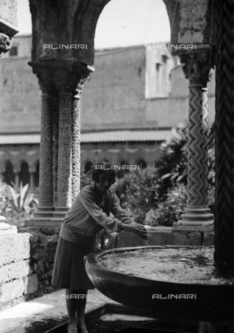 CAD-S-420005-0022 - Ritratto femminile nel chiostro della cattedrale di Monreale, Palermo - Data dello scatto: 15/04/1928 - Raccolte Museali Fratelli Alinari (RMFA)-donazione Cammarata, Firenze
