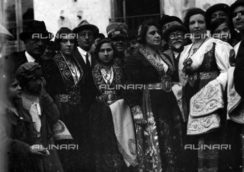 CAD-S-420006-0008 - Girls with costumes of Piana dei Greci (today Piana degli Albanesi), Palermo - Data dello scatto: 09-15/11/1929 - Archivi Alinari, Firenze