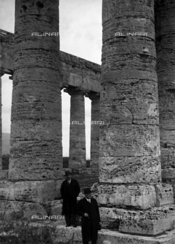 CAD-S-420006-0010 - Visitors to the temple of Segesta - Data dello scatto: 09-15/11/1929 - Archivi Alinari, Firenze