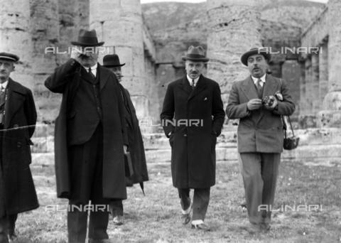 CAD-S-420006-0011 - Visitors to the temple of Segesta - Data dello scatto: 09-15/11/1929 - Archivi Alinari, Firenze