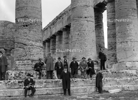 CAD-S-420006-0014 - Visitors to the temple of Segesta - Data dello scatto: 09-15/11/1929 - Archivi Alinari, Firenze