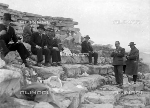 CAD-S-420006-0015 - Visitatori al teatro greco-ellenistico di Segesta - Data dello scatto: 09-15/11/1929 - Raccolte Museali Fratelli Alinari (RMFA)-donazione Cammarata, Firenze