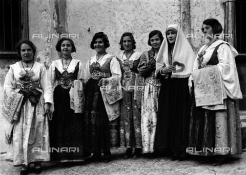 CAD-S-420006-0017 - Girls with costumes of Piana dei Greci (today Piana degli Albanesi), Palermo - Data dello scatto: 09-15/11/1929 - Archivi Alinari, Firenze