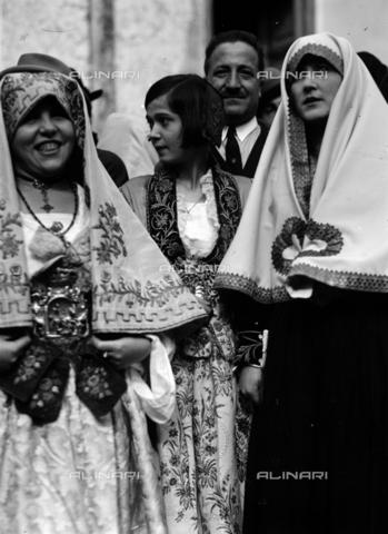 CAD-S-420006-0018 - Ragazze con costumi di Piana dei Greci (oggi Piana degli Albanesi), Palermo - Data dello scatto: 09-15/11/1929 - Raccolte Museali Fratelli Alinari (RMFA)-donazione Cammarata, Firenze