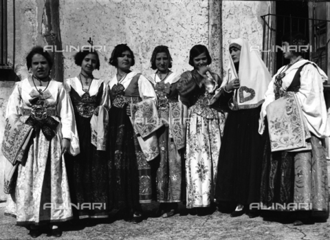 CAD-S-420006-0019 - Girls with costumes of Piana dei Greci (today Piana degli Albanesi), Palermo - Data dello scatto: 09-15/11/1929 - Archivi Alinari, Firenze