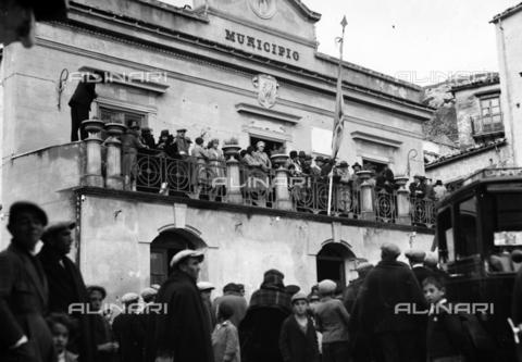 CAD-S-420006-0021 - Crowd of people at the Town Hall of Piana dei Greci (now Piana degli Albanesi), Palermo - Data dello scatto: 09-15/11/1929 - Archivi Alinari, Firenze