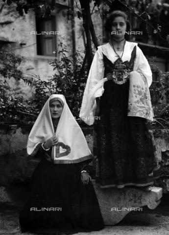 CAD-S-420006-0022 - Girls with costumes of Piana dei Greci (today Piana degli Albanesi), Palermo - Data dello scatto: 09-15/11/1929 - Archivi Alinari, Firenze