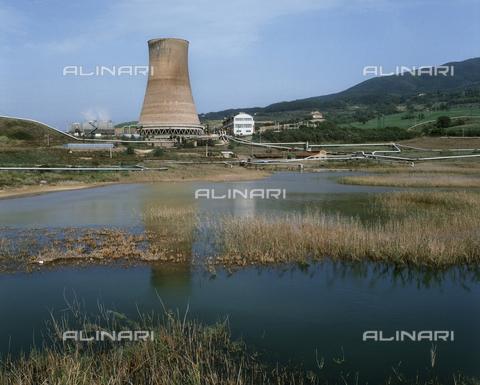 CAL-F-005533-0000 - Il lago con la vecchia e la nuova centralina a Larderello, Pisa - Data dello scatto: 1990 - Archivi Alinari, Firenze