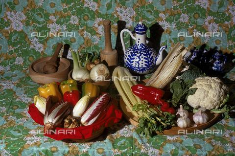 """CAL-F-006541-0000 - Ingredienti per """"Bagna cauda"""", tipico piatto Piemontese. - Data dello scatto: 1989-1991 - Archivi Alinari, Firenze"""