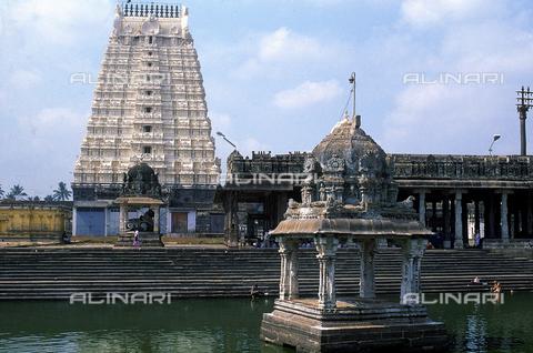 CAL-F-006600-0000 - L'interno del tempio della città di Kanchipuram, nei pressi di Mahabalipuram, in India. La città è situata lungo la direttrice meridionale del Gange. L'area è formata da una serie di edifici sacri, costituiti da santuari sormontati da guglie o vimana e da piccoli tempietti all'interno di specchi d'acqua. Gli edifici sono ascrivibili alla cultura Tamil Nadu. - Data dello scatto: 1989 - 1991 - Archivi Alinari, Firenze