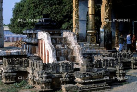 CAL-F-006601-0000 - Altare esterno del tempio Varadaraja Perumal, a Kanchipuram, nei pressi di Mahabalipuram, in India. La città è situata lungo la direttrice meridionale del Gange. L'edificio è ascrivibile alla cultura Tamil Nadu ed è dedicato alla dea Visnù. - Data dello scatto: 1989 - 1991 - Archivi Alinari, Firenze