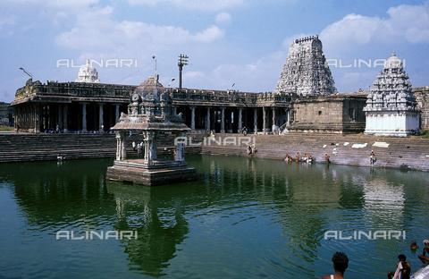 CAL-F-006604-0000 - La piscina del tempio Ekambareshwara, a Kanchipuram, nei pressi di Mahabalipuram, in India. La città è situata lungo la direttrice meridionale del Gange. L'area è formata da una serie di edifici sacri, costituiti da santuari sormontati da guglie o vimana e da piccoli tempietti all'interno di specchi d'acqua. Gli edifici sono ascrivibili alla cultura Tamil Nadu. - Data dello scatto: 1989 - 1991 - Archivi Alinari, Firenze