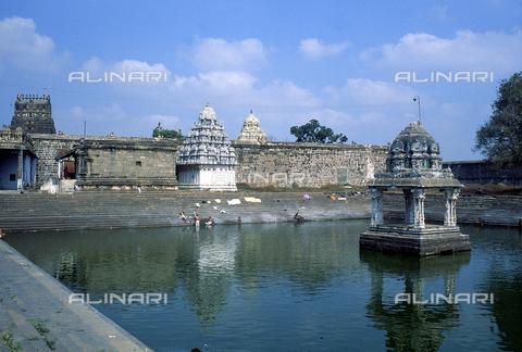 CAL-F-006608-0000 - Il bacino del tempio Ekambareshwara, a Kanchipuram, nei pressi di Mahabalipuram, in India. La città è situata lungo la direttrice meridionale del Gange. L'area è formata da una serie di edifici sacri, costituiti da santuari sormontati da guglie o vimana e da piccoli tempietti all'interno di specchi d'acqua. Gli edifici sono ascrivibili alla cultura Tamil Nadu. - Data dello scatto: 1989 - 1991 - Archivi Alinari, Firenze
