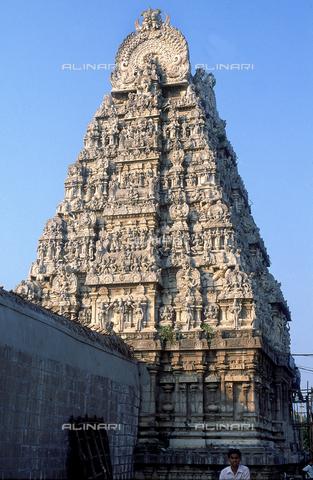 CAL-F-006609-0000 - Il tempio Kamakshi Amman, a Kanchipuram, nei pressi di Mahabalipuram, in India. La città è situata lungo la direttrice meridionale del Gange. L'edificio, appartenente alla cultura Tamilnad, è dedicato alla dea Parvati. - Data dello scatto: 1989 - 1991 - Archivi Alinari, Firenze