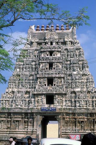 CAL-F-006613-0000 - Il tempio indù Kamakshiamman, a Kanchipuram, nei pressi di Mahabalipuram, in India. La città è situata lungo la direttrice meridionale del Gange. L'area è formata da una serie di edifici sacri, costituiti da santuari sormontati da guglie o vimana e da piccoli tempietti all'interno di specchi d'acqua. L'edificio, dedicato alla dea Parvati, è ascrivibile alla cultura Tamil Nadu. - Data dello scatto: 1989 - 1991 - Archivi Alinari, Firenze