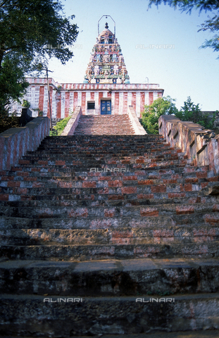 CAL-F-006615-0000 - Il tempio detto delle Aquile Sacre e la scalinata antistante, a Tirukkalikundram, in India. L'edificio appartiene alla cultura Tamilnad. - Data dello scatto: 1989 - 1991 - Archivi Alinari, Firenze