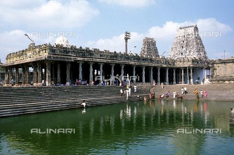 CAL-F-006616-0000 - Il bacino del tempio Ekambareshwara con visitatori e fedeli, a Kanchipuram, nei pressi di Mahabalipuram, in India. La città è situata lungo la direttrice meridionale del Gange. L'area è formata da una serie di edifici sacri, costituiti da santuari sormontati da guglie o vimana e da piccoli tempietti all'interno di specchi d'acqua. Gli edifici sono ascrivibili alla cultura Tamil Nadu. - Data dello scatto: 1989 - 1991 - Archivi Alinari, Firenze