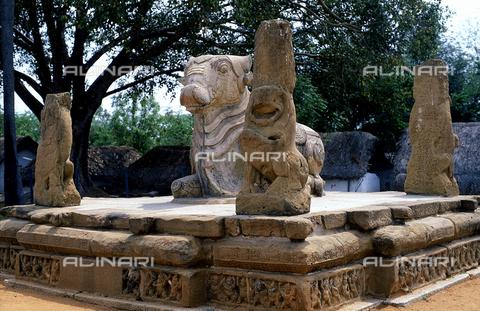 CAL-F-006620-0000 - Interno del tempio Kailasanatha, a Kanchipuram, nei pressi di Mahabalipuram, in India. La città è situata lungo la direttrice meridionale del Gange. L'edificio, appartenente all'arte Pallava, presenta un cortile interno con sculture di Shiva, accompagnato dai leoni mitici, o yali. - Data dello scatto: 1989 - 1991 - Archivi Alinari, Firenze