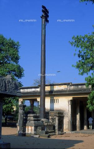 CAL-F-006622-0000 - Insegna ed altare del tempio Vaikunta Perumal, a Kanchipuram, nei pressi di Mahabalipuram, in India. La città è situata lungo la direttrice meridionale del Gange. L'opera rientra nella cultura Tamil Nadu. - Data dello scatto: 1989 - 1991 - Archivi Alinari, Firenze