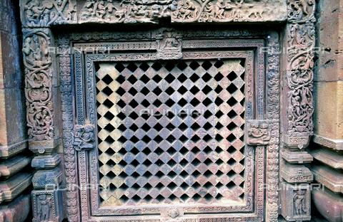 CAL-F-006625-0000 - Una finestra decorata con motivi vegetali chiusa da grata, nel tempio Muketshwar, a Bhubaneshwar, capitale di Orissa, antica Daintpur, in India. - Data dello scatto: 1989 - 1991 - Archivi Alinari, Firenze