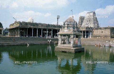 CAL-F-006636-0000 - Il bacino del tempio Ekambareshwara, a Kanchipuram, nei pressi di Mahabalipuram, in India. La città è situata lungo la direttrice meridionale del Gange. L'area è formata da una serie di edifici sacri, costituiti da santuari sormontati da guglie o vimana e da piccoli tempietti all'interno di specchi d'acqua. Gli edifici sono ascrivibili alla cultura Tamil Nadu. Alcuni fedeli si bagnano nella piscina. - Data dello scatto: 1989 - 1991 - Archivi Alinari, Firenze