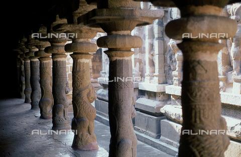 CAL-F-006638-0000 - Loggia sostenuta da colonne decorate con animali fantastici, particolare del tempio Vaikunta Perumal, a Kanchipuram, nei pressi di Mahabalipuram, in India. La città è situata lungo la direttrice meridionale del Gange. L'opera rientra nella cultura Tamil Nadu. - Data dello scatto: 1989 - 1991 - Archivi Alinari, Firenze