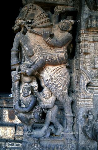 CAL-F-006642-0000 - Un particolare scultoreo del tempio Varadaraja Perumal, a Kanchipuram, nei pressi di Mahabalipuram, in India. L'opera raffigura un cavaliere a cavallo che minaccia con la spada alcuni personaggi. La città è situata lungo la direttrice meridionale del Gange. L'edificio è ascrivibile alla cultura Tamil Nadu ed è dedicato alla dea Visnù. - Data dello scatto: 1989 - 1991 - Archivi Alinari, Firenze