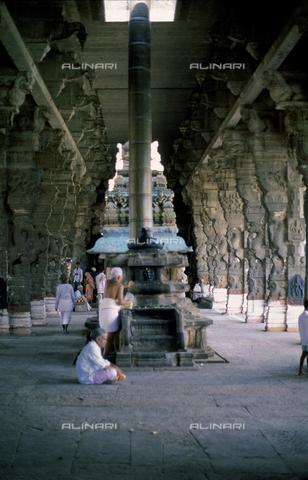 CAL-F-006643-0000 - Interno del tempio Varadaraja Perumal, a Kanchipuram, nei pressi di Mahabalipuram, in India. La città è situata lungo la direttrice meridionale del Gange. L'edificio è ascrivibile alla cultura Tamil Nadu ed è dedicato alla dea Visnù. Alcuni fedeli sono visibili nei pressi di una colonna. - Data dello scatto: 1989 - 1991 - Archivi Alinari, Firenze