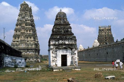 """CAL-F-006644-0000 - Piccoli """"gopuram"""" del tempio Ekambareshwara, a Kanchipuram, nei pressi di Mahabalipuram, in India. La città è situata lungo la direttrice meridionale del Gange. L'area è formata da una serie di edifici sacri, costituiti da santuari sormontati da guglie o vimana e da piccoli tempietti all'interno di specchi d'acqua. Gli edifici, dedicati a Shiva, sono ascrivibili alla cultura Tamil Nadu. - Data dello scatto: 1989 - 1991 - Archivi Alinari, Firenze"""