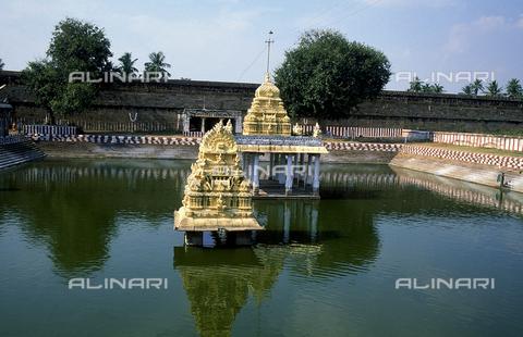 CAL-F-006645-0000 - La piscina del tempio Varadaraja Perumal, a Kanchipuram, nei pressi di Mahabalipuram, in India. La città è situata lungo la direttrice meridionale del Gange. Il complesso è ascrivibile alla cultura Tamil Nadu ed è dedicato alla dea Visnù. - Data dello scatto: 1989 - 1991 - Archivi Alinari, Firenze
