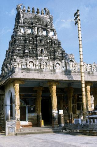 CAL-F-006648-0000 - Il Santuario e l'altare del tempio Varadaraja Perumal, a Kanchipuram, nei pressi di Mahabalipuram, in India. La città è situata lungo la direttrice meridionale del Gange. Il complesso è ascrivibile alla cultura Tamil Nadu ed è dedicato alla dea Visnù. - Data dello scatto: 1989 - 1991 - Archivi Alinari, Firenze