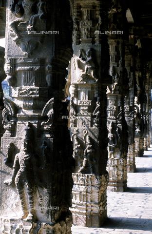 CAL-F-006650-0000 - Particolare della sala dalle Mille Colonne, nel tempio Varadaraja Perumal, a Kanchipuram, nei pressi di Mahabalipuram, in India. La città è situata lungo la direttrice meridionale del Gange. Il complesso è ascrivibile alla cultura Tamil Nadu ed è dedicato alla dea Visnù. - Data dello scatto: 1989 - 1991 - Archivi Alinari, Firenze