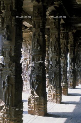 CAL-F-006651-0000 - Particolare della sala dalle Mille Colonne, nel tempio Varadaraja Perumal, a Kanchipuram, nei pressi di Mahabalipuram, in India. La città è situata lungo la direttrice meridionale del Gange. Il complesso è ascrivibile alla cultura Tamil Nadu ed è dedicato alla dea Visnù. - Data dello scatto: 1989 - 1991 - Archivi Alinari, Firenze