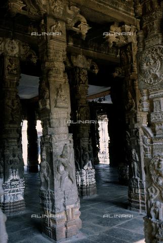 CAL-F-006655-0000 - Particolare della sala dalle Mille Colonne, nel tempio Varadaraja Perumal, a Kanchipuram, nei pressi di Mahabalipuram, in India. La città è situata lungo la direttrice meridionale del Gange. Il complesso è ascrivibile alla cultura Tamil Nadu ed è dedicato alla dea Visnù. - Data dello scatto: 1989 - 1991 - Archivi Alinari, Firenze