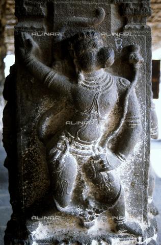 CAL-F-006657-0000 - Il dio scimmia Hanumah, Particolare scultoreo del tempio Varadaraja Perumal, a Kanchipuram, nei pressi di Mahabalipuram, in India. La città è situata lungo la direttrice meridionale del Gange. Il complesso è ascrivibile alla cultura Tamil Nadu ed è dedicato alla dea Visnù. - Data dello scatto: 1989 - 1991 - Archivi Alinari, Firenze