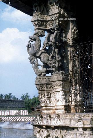 CAL-F-006658-0000 - Particolare di uno stipite con figurazioni e decorazioni vegetali, del tempio Varadaraja Perumal, a Kanchipuram, nei pressi di Mahabalipuram, in India. La città è situata lungo la direttrice meridionale del Gange. Il complesso è ascrivibile alla cultura Tamil Nadu ed è dedicato alla dea Visnù. - Data dello scatto: 1989 - 1991 - Archivi Alinari, Firenze