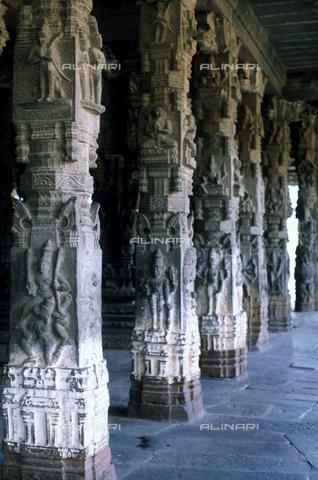 CAL-F-006659-0000 - Particolare della sala dalle Mille Colonne, nel tempio Varadaraja Perumal, a Kanchipuram, nei pressi di Mahabalipuram, in India. La città è situata lungo la direttrice meridionale del Gange. Il complesso è ascrivibile alla cultura Tamil Nadu ed è dedicato alla dea Visnù. - Data dello scatto: 1989 - 1991 - Archivi Alinari, Firenze