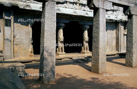 CAL-F-006660-0000 - Ingresso con colonne nel tempio Ramanuja Mandapam, a Mahabalipuram, in India. Il complesso appartiene al periodo della dinastia Pallava. - Data dello scatto: 1989 - 1991 - Archivi Alinari, Firenze