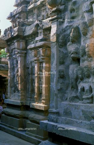 CAL-F-006670-0000 - Interno del tempio Kailasanatha, a Kanchipuram, nei pressi di Mahabalipuram, in India, particolare di una parete scolpita. La città è situata lungo la direttrice meridionale del Gange. L'edificio, appartenente all'arte Pallava, presenta un cortile interno con sculture di Shiva, accompagnato dai leoni, o yali. - Data dello scatto: 1989 - 1991 - Archivi Alinari, Firenze