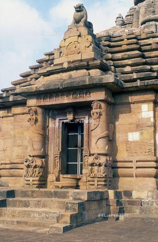 CAL-F-006671-0000 - Particolare di un ingresso, nel tempio Rajarani, a Bhubaneshwar, Orissa Puri, in India. Il tempio è famoso per le sue ninfe ritratte in pose estremamente sensuali e per le statue dei guardiani. - Data dello scatto: 1989 - 1991 - Archivi Alinari, Firenze