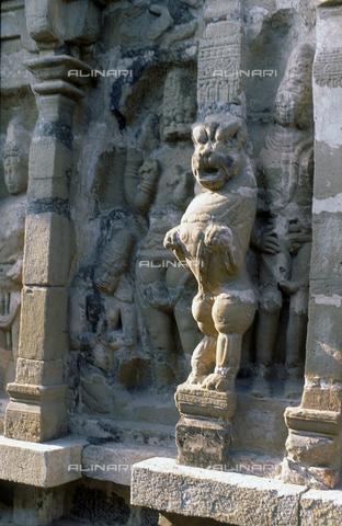 CAL-F-006673-0000 - Rilievo con uno dei leoni mitici, nell'interno del tempio Kailasanatha, a Kanchipuram, nei pressi di Mahabalipuram, in India. La città è situata lungo la direttrice meridionale del Gange. L'edificio, appartenente all'arte Pallava, presenta un cortile interno con sculture di Shiva, accompagnato dai leoni mitici, o yali. - Data dello scatto: 1989 - 1991 - Archivi Alinari, Firenze