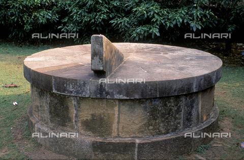 CAL-F-006675-0000 - Un orologio solare e astronomico, presso Bhubaneshwar, a Orissa Puri, in India. - Data dello scatto: 1989 - 1991 - Archivi Alinari, Firenze