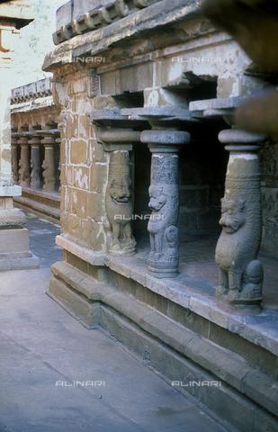 CAL-F-006679-0000 - Loggiato con i leoni mitici, nell'interno del tempio della città di Kanchipuram, nei pressi di Mahabalipuram, in India. La città è situata lungo la direttrice meridionale del Gange. L'area è formata da una serie di edifici sacri, costituiti da santuari sormontati da guglie o vimana e da piccoli tempietti all'interno di specchi d'acqua. Gli edifici sono ascrivibili alla cultura Tamil Nadu. - Data dello scatto: 1989 - 1991 - Archivi Alinari, Firenze
