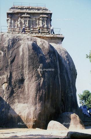 CAL-F-006681-0000 - Un tempio arroccato su una roccia, nei pressi di Mahabalipuram, in India. La città è situata lungo la direttrice meridionale del Gange. L'area è formata da una serie di edifici sacri, costituiti da santuari sormontati da guglie o vimana e da piccoli tempietti all'interno di specchi d'acqua. Gli edifici sono ascrivibili alla cultura Tamil Nadu. - Data dello scatto: 1989 - 1991 - Archivi Alinari, Firenze