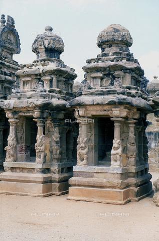 CAL-F-006685-0000 - Due piccoli edifici, all'interno del tempio Kailasanatha, a Kanchipuram, nei pressi di Mahabalipuram, in India. La città è situata lungo la direttrice meridionale del Gange. Il santuario, appartenente all'arte Pallava, presenta un cortile interno con sculture di Shiva, accompagnato dai leoni mitici, o yali. - Data dello scatto: 1989 - 1991 - Archivi Alinari, Firenze